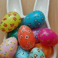How to make Puffy Paint Flowers on plastic Easter eggs.