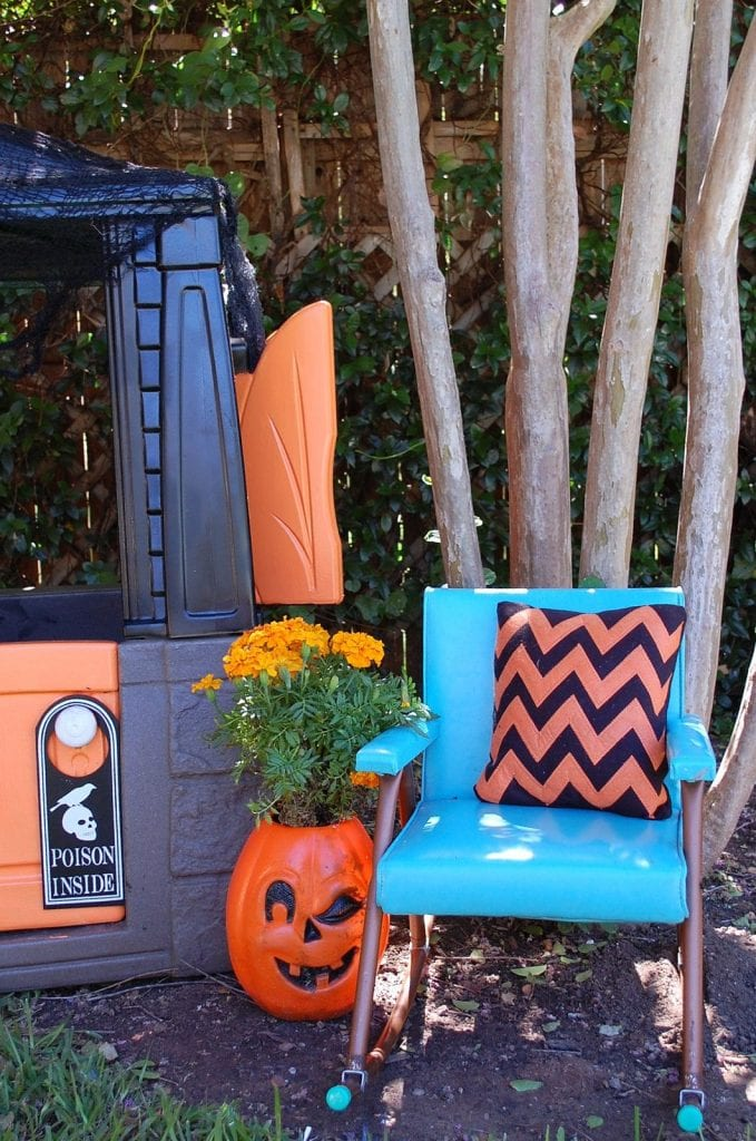 halloween-playhouse teal chair
