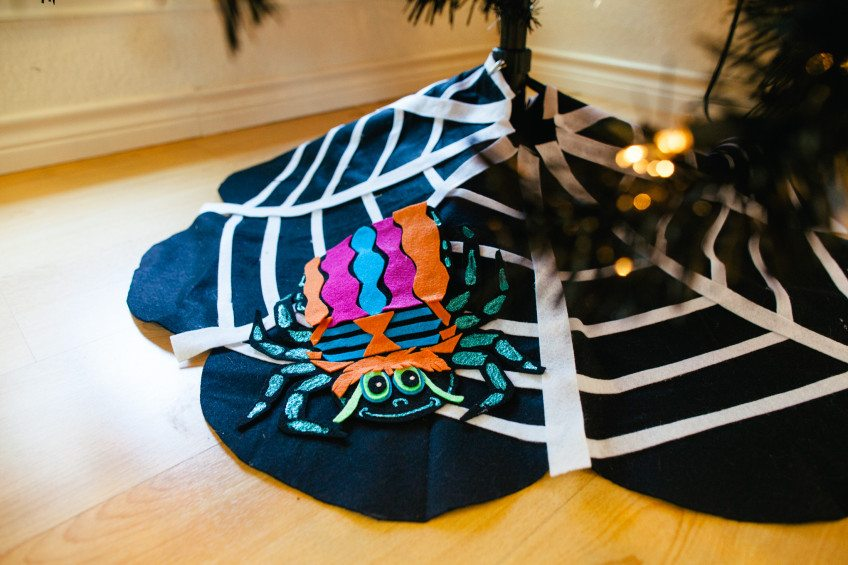 How to make a felt spider and web no-sew tree skirt for Halloween.