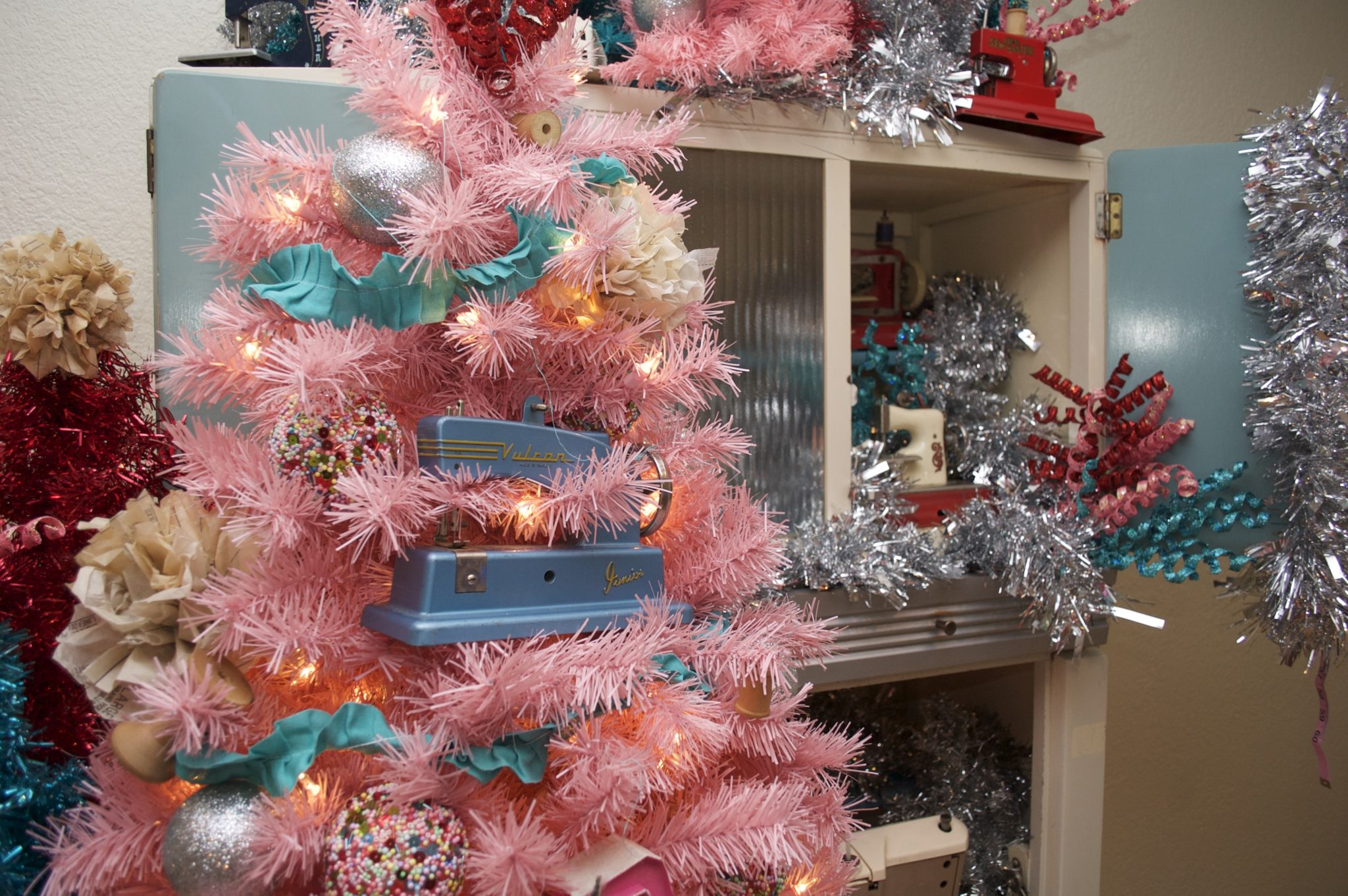 How to decorate a tree with a sewing theme.
