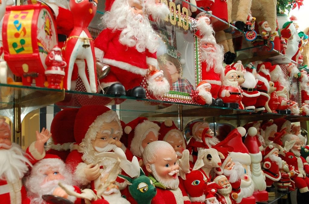 Collection of vintage Santa Claus dolls.