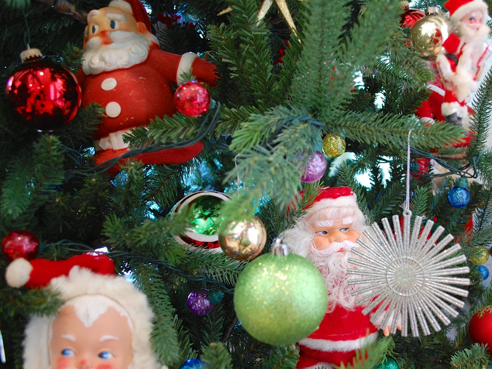how to decorate a green artificial christmas tree with vintage santa dolls