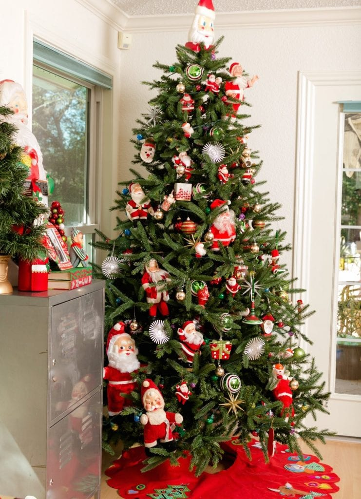 How to decorate a Christmas tree with vintage Santa Claus dolls.