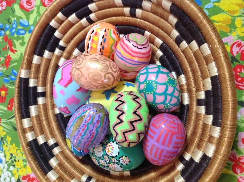 How to decorate plastic Easter eggs with gel pens.