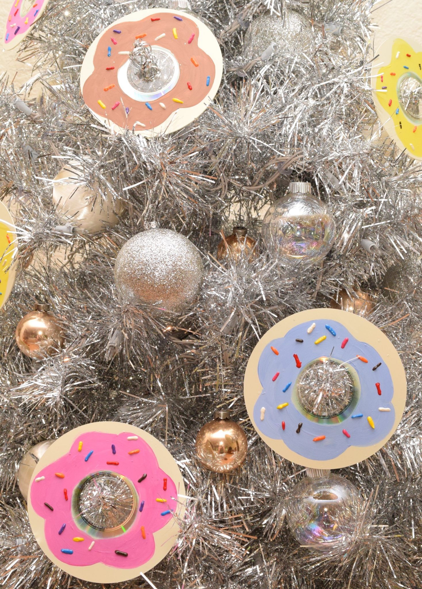 How to make DIY donut ornaments from a CD.